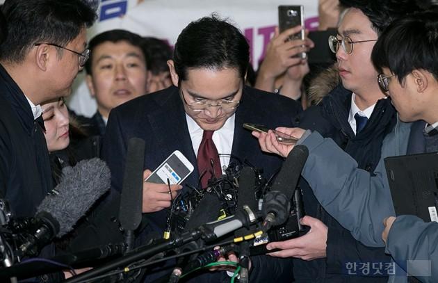 이재용 삼성전자 부회장이 12일 서울 대치동 특검사무실에 피의자 신분으로 조사를 받기 위해 출석하고 있다.   최혁 한경닷컴 기자 chokob@hankyung.com