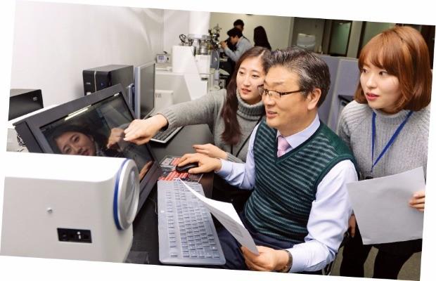 구로디지털단지에 있는 아프로알앤디 임직원이 전자부품을 시험 검사하고 있다.  신경훈 기자 khshin@hankyung.com