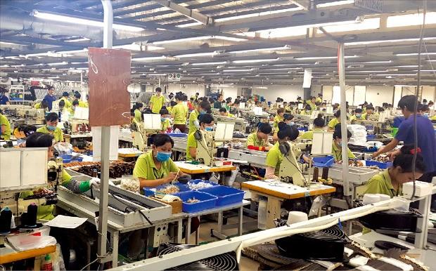 호찌민에서 차로 40여 분 거리에 있는 시몬느 베트남 롱안 공장에서 근로자들이 지갑과 가방을 만들고 있다. 이 공장에서만 근로자 5900여명이 매달 지갑 35만개, 가방 30만개를 생산해 세계로 수출하고 있다. 고윤상 기자
