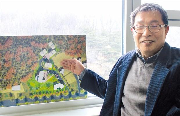 """이수문 아트센터화이트블럭 대표는 천안 예술촌 평면도를 가리키며 """"이곳이 융·복합 예술공간으로 발전될 수 있었으면 좋겠다""""고 말했다.   김낙훈  기자"""
