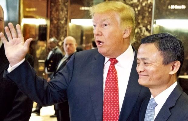 """< 트럼프 """"마윈은 위대한 경영자"""" > 도널드 트럼프 미국 대통령 당선자(왼쪽)와 마윈 중국 알리바바그룹 회장이 9일(현지시간) 미국 뉴욕 트럼프타워 1층 로비에서 취재진의 질문에 답하고 있다. 마 회장은 이날 트럼프 당선자와 30여분간 얘기를 나눴으며 5년간 미국에서 일자리 100만개를 창출할 것을 약속했다. 뉴욕AP연합뉴스"""