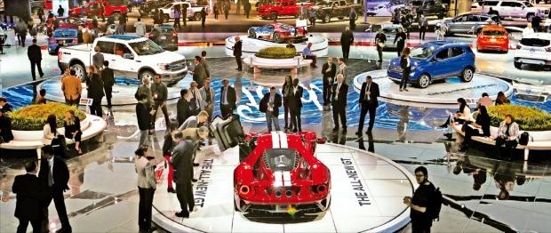 2017 국제오토쇼(디트로이트모터쇼)가 열리고 있는 10일(현지시간) 미국 디트로이트 코보센터에 58개 자동차·정보기술(IT) 기업과 46개 스타트업이 부스를 차렸다. 자동차와 IT의 융합이 중요해지면서 디트로이트에도 스타트업 붐이 일고 있다. 관람객들이 포드 전시관을 둘러보고 있다. 연합뉴스