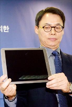 특검팀의 이규철 특검보(대변인)가 11일 최순실 씨의 조카 장시호 씨 측이 제출한 태블릿PC를 공개하고 있다. 연합뉴스