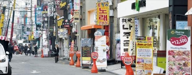 11일 서울 마포구 홍대 인근 상가 밀집지역이 찾는 사람이 적어 썰렁한 모습이다. 이곳 이면도로에선 최근 들어 빈 점포가 늘고, 권리금도 떨어지고 있다. 강은구 기자 egkang@hankyung.com