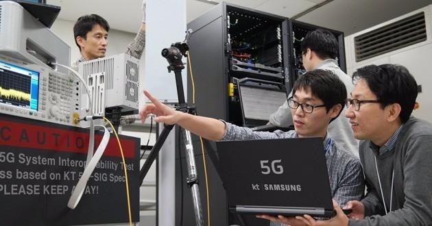 KT는 지난해 10월 삼성전자와 함께 세계 최초로 5G를 기반으로 한 '퍼스트 콜(first call)'에 성공했다. 퍼스트 콜은 통신 서비스를 개발할 때 기지국과 네트워크, 전용 기기까지 데이터 전송에 처음 성공한 것을 말한다. 한국경제DB