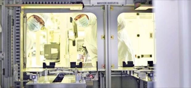 SK하이닉스 직원들이 반도체 생산과정을 지켜보고 있다. 한국경제DB
