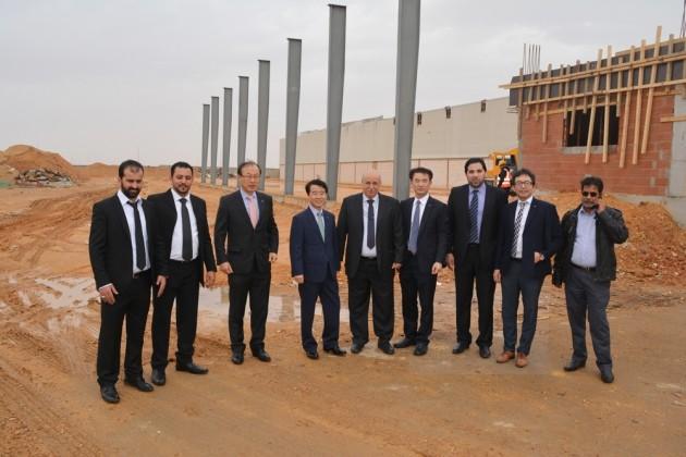 최진용 대한전선 사장(왼쪽에서 네번째)과 파트너사인 모하메드 알 오자미 그룹의 리야드 지역총괄 사장인 Mahmoud Ghalib(왼쪽에서 다섯번째) 및 양사 담당자들이 공장 부지를 둘러보고 있다.