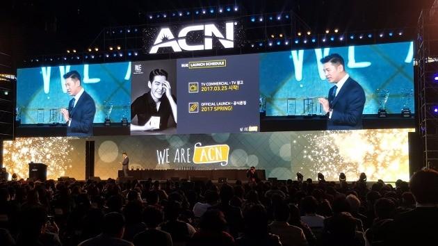 대니 배 ACN 아시아영업 총괄부사장이 지난 18일 개최된 '2017 ACN Convention' 행사에서 글로본의 RUE KWAVE 화장품에 대해 설명하고 있다.