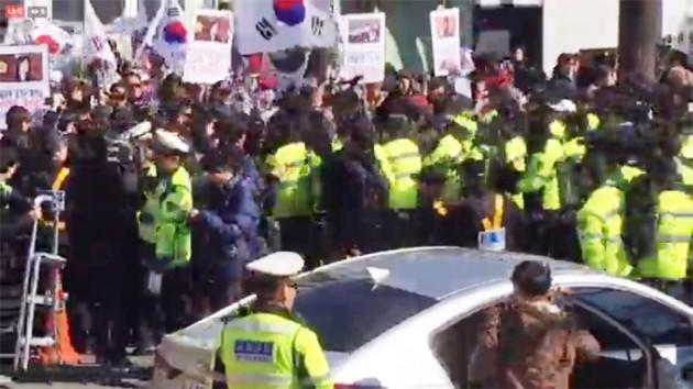 27일 오후 2시 보수단체 중심의 태극기 시위대가 헌번재판소 진입을 시도하자 경찰이 막아서고 있다. 영상=신세원 기자
