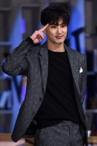 김지석, '뇌섹 포즈'