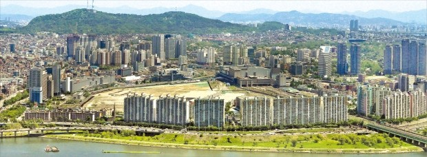 서울 용산역 일대 부동산시장이 용산 4구역 주상복합아파트 분양과 용산 미군기지 이전에 따른 용산공원 조성, 용산역세권개발사업(가운데 공터) 재추진 호재로 주목받고 있다. 한경DB