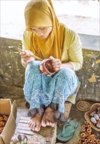바뉴물렉 주민이 전통 질그릇을 만들고 있다.