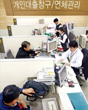 금융당국이 아파트 집단대출 규제를 강화하면서 중도금에 이어 잔금 대출도 어려워지고 있다. 서울의 한 은행 지점에서 고객이 대출 상담을 하고 있는 모습. 한경DB