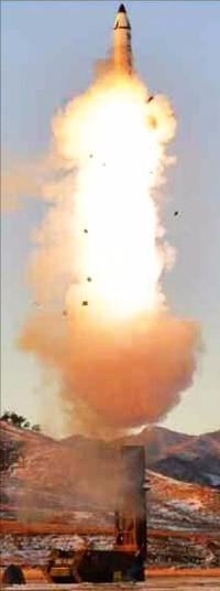 지난 14일 북한이 발사한 신형 중거리 탄도 미사일.