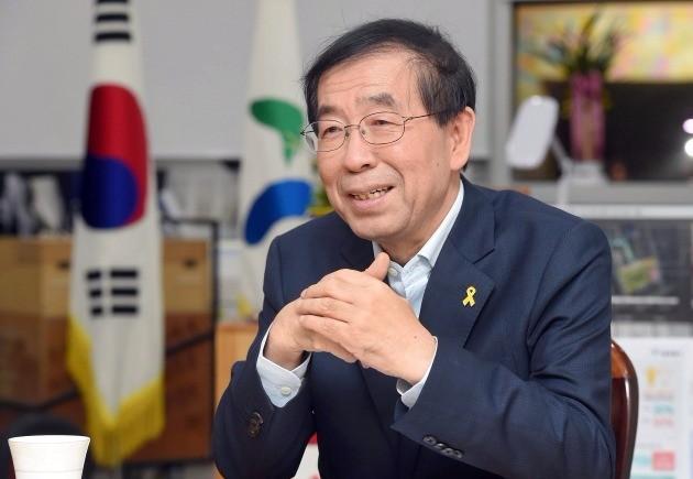 WBC 개막전 시구자로 나서는 박원순 서울시장. 한경DB