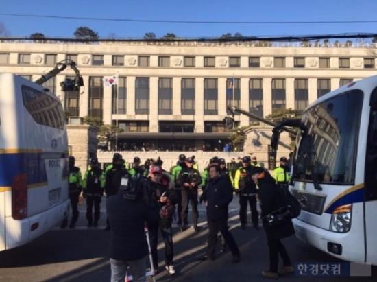 박근혜 대통령 탄핵심판 선고일인 10일 헌법재판소 앞에 경찰 차벽이 늘어서 있다. / 사진=변성현 한경닷컴 기자 byun84@hankyung.com