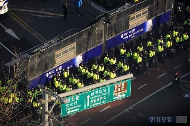 박근혜 대통령 탄핵심판 선고일인 10일 헌법재판소 앞에 경찰 차벽이 늘어서 있다. / 사진=최혁 한경닷컴 기자 chokob@hankyung.com