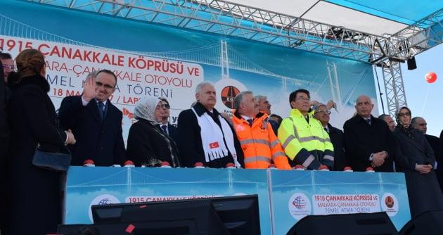 터키 차나칼레 교량 착공식에 참석한 강호인 국토부 장관(형광색 점퍼)과 비날리 을드름 터키 총리(가운데 흰색 머플러 착용).