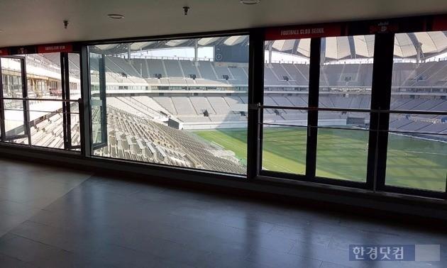 스카이펍에서 바라본 서울월드컵경기장 주경기장. 왼쪽에 보이는 창문이 시민에 개방되는 스카이룸이다. 사진 전형진 기자