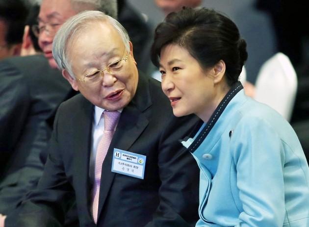 박근혜 전 대통령(오른쪽)이 2015년 2월11일 서울 상암동 CJ E&M센터에서 열린 문화창조융합벨트 출범식에 참석해 손경식 CJ그룹 회장(왼쪽)과 이야기하고 있다. 한경DB.