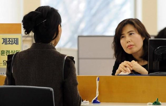 국내 기업 5곳 중 1곳은 경기불황 속에 올해 상반기 채용을 취소하거나 연기한 것으로 27일 조사됐다. 을지로 서울고용지원센터에서 한 여성이 취업상담을 받고 있다. 한경DB.