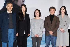 [HEI포토] 영화 밤의 해변에서 혼자, '엄숙한 포토타임'