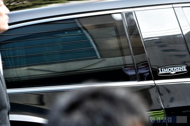 [ 최혁 기자 ] 박근혜 전 대통령이 21일 오전 피의자 신분으로 서울 서초구 서울중앙지검에 출석하기 위해 서울 삼성동 자택을 나서고 있다.   최혁 한경닷컴 기자 chokob@hankyung.com 기사제보 및 보도자료 newsinfo@hankyung.com