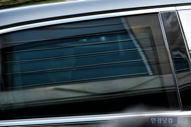 박근혜 전 대통령이 21일 오전 피의자 신분으로 서울 서초구 서울중앙지검에 출석하기 위해 서울 삼성동 자택을 나서고 있다. / 최혁 한경닷컴 기자 chokob@hankyung.com