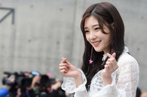 '꽃밭처럼 화사해'…클라라·전효성·정채연의 미모·패션