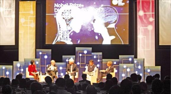 지난달 26일 도쿄 유라쿠조 도쿄국제포럼 컨벤션센터에서 열린 '노벨상 다이얼로그 도쿄 2017'에서  노벨상 수상자들과 석학들이 인공지능과 인간지능의 미래를 주제로 토론하고 있다. 박근태 기자