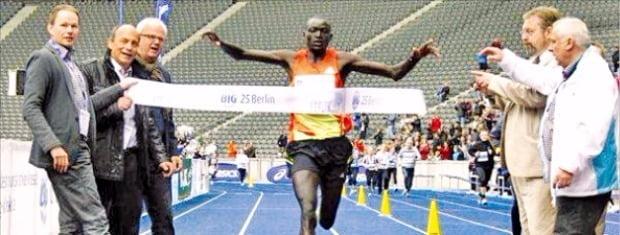 케냐 마라토너 데니스 키메토가 2014년 독일 베를린마라톤대회에서 2시간2분57초로 세계기록을 세우며 결승점에 들어오고 있다. 국제육상경기연맹 제공