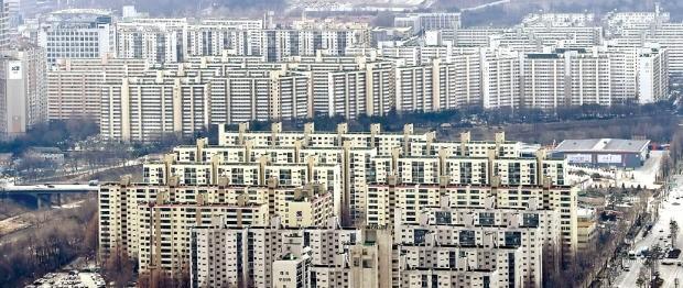< 대치동 전경, 10년 뒤면 바뀔까 > 1980년대 초·중반에 지어진 서울 강남권 중층 아파트 단지들이 너도나도 재건축에 나서고 있다. 90% 이상 아파트 재건축을 했거나 추진 중인 서울 강남구 대치동 아파트. 한경DB