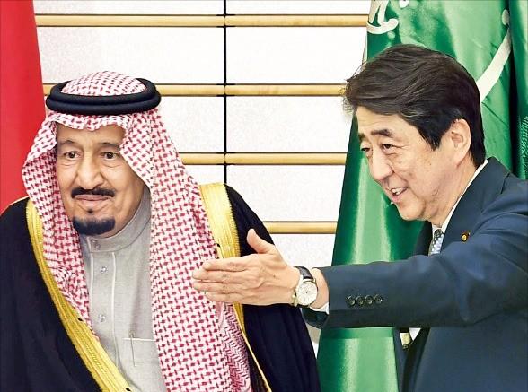 < 사우디 국왕 영접하는 아베 > 살만 빈 압둘아지즈 알사우드 사우디아라비아 국왕(왼쪽)이 13일 일본 도쿄에 있는 일본 총리 관저에서 아베 신조(安倍晋三) 총리의 영접을 받고 있다. 양국 정상은 이날 사우디에 일본 기업 경제특구를 조성한다는 내용 등을 담은 '일·사우디 비전 2030'에 합의했다. 도쿄AP연합뉴스