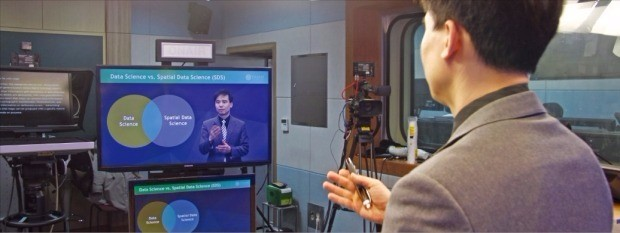 허준 연세대 사회환경시스템공학부 교수가 지난 17일 오후 서울 연세대 내 백양관에 있는 오픈스마트에듀케이션센터 스튜디오에서 온라인 대중 공개 강연 플랫폼인 코세라에 올릴 강의 동영상을 촬영하고 있다. 박근태 기자