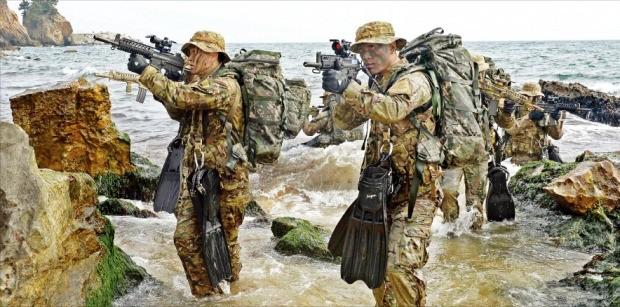 해군 1함대 3특전대대 대원들이 20일 강원 동해시 해안 일원에서 적진 깊숙이 들어가 주요 표적을 제거하는 해상 침투 훈련을 하고 있다. 연합뉴스