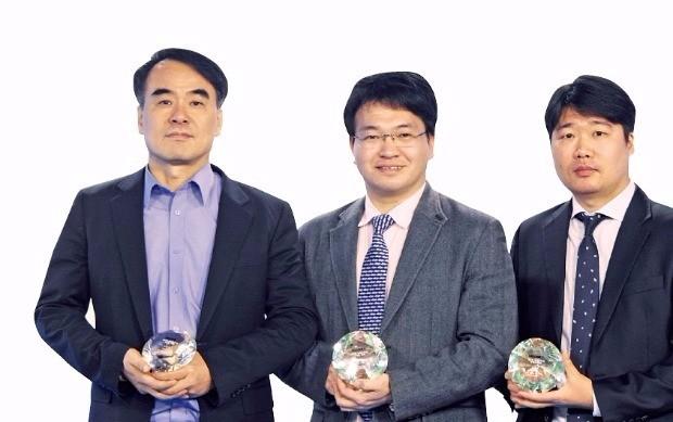 제5회 한국경제TV 슈퍼스탁킹 수익률 대회 상위 입상자. 왼쪽부터 3위 서호수(알파케), 1위 예병군(아펙), 2위 김지욱(재이서).