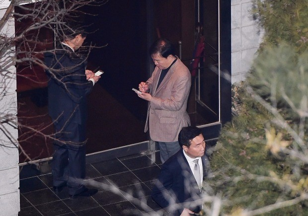 < 메모하는 민경욱 의원 > 친박계 의원인 자유한국당 민경욱 의원이 12일 오후  서울 강남구 삼성동 박근혜 전 대통령 사저 앞에서 메모하고 있다. 연합뉴스