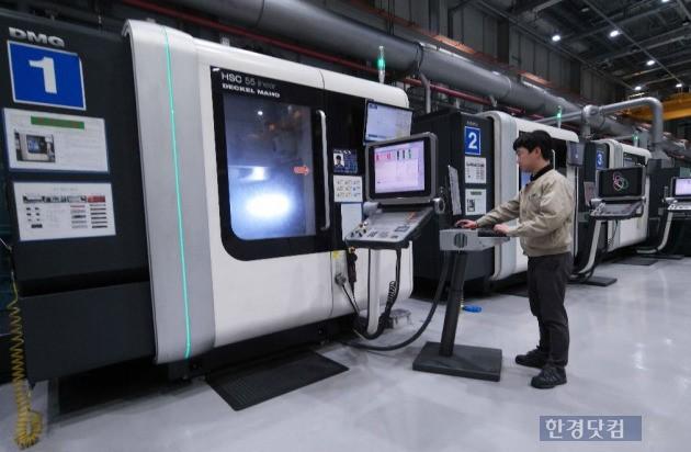 삼성전자 광주사업장의 정밀금형개발센터. 작업자는 기본 매뉴얼을 세팅할 뿐이다. 100%에 가까운 무인화로 24시간 작업이 가능하다. (자료 삼성전자)