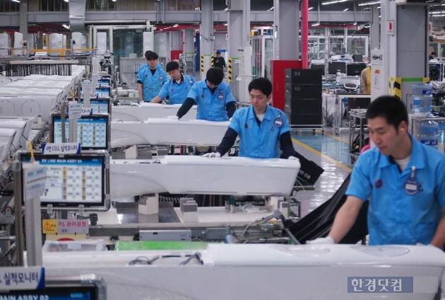 삼성전자 광주사업장 전경, 에어컨을 눕혀서 작업하는 모습이 인상적이다. (사진=삼성전자)