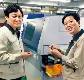 김종우 디오메디칼 대표(왼쪽)가 성남 본사 생산라인에서 직원과 제품 성능에 대해 얘기하고 있다. 디오메디칼 제공