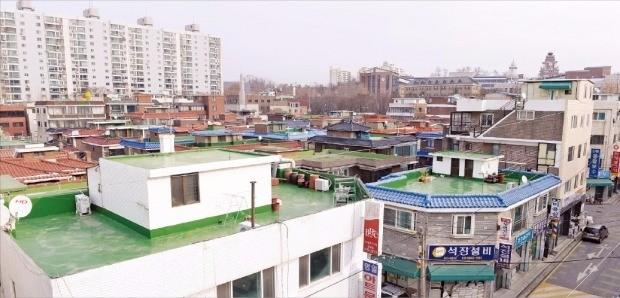 부동산 전문가들은 외국어고·자율형사립고가 일반고로 전환되면 근처 주택의 전월세 수요가 감소할 것으로 전망했다. 한영외고 학생이 통학시간을 줄이기 위해 이사오는 서울 명일동 주택가. 신경훈 기자 khshin@hankyung.com