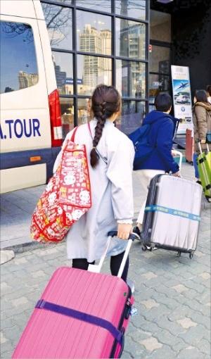 외국인 관광객들이 10일 서울역 인근 오피스텔에 들어가고 있다. 신경훈 기자 khshin@hankyung.com