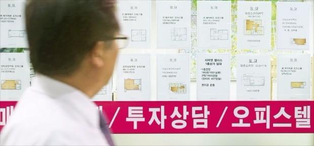 시중 금리가 상승세로 돌아섰음에도 서울 오피스텔 매매 가격이 꾸준히 오르고 있다. 서울 종로구의 오피스텔 전문 중개업소에 매매 및 전·월세 매물이 붙어 있다. 한경DB