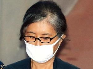 """박근혜 전 대통령 기소된 날 법정에 선 최순실 """"난 허세 노릇 했다"""" 책임 다 떠넘겨"""