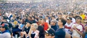 지난 14일 부산 사직야구장에서 열린 롯데 자이언츠와 삼성 라이온즈 경기에서 관중이 경기를 관람하고 있다. 김태현 기자