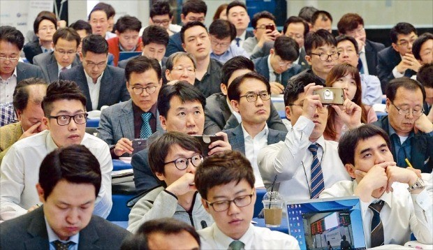 < 상장 열망 > 서울 여의도 한국거래소에서 18일 열린 'IPO 엑스포 2017'에 참석한 기업 관계자들이 올해 처음 도입된 '한국형 테슬라 상장제도'에 대해 설명을 듣고 있다. 올해로 4회째인 이날 행사에는 200여개 상장 예비기업 관계자 500여명이 몰렸다. 김범준 기자 bjk07@hankyung.com