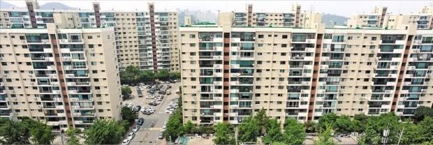 서울 압구정동 현대아파트 재건축 사업이 낮은 주민 동의율, 추진 준비위원회 난립 등으로 난항을 겪고 있다. 한경DB