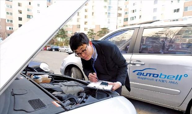 현대글로비스 오토벨의 중고차 매입 컨설턴트가 매물로 나온 차량의 상태를 점검하고 있다. 현대글로비스 제공