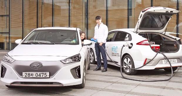 현대자동차 아이오닉 일렉트릭(전기차·왼쪽) 보유자가 아이오닉 일렉트릭 충전차량을 활용한 '찾아가는 충전 서비스'를 이용하고 있다. 현대차 제공