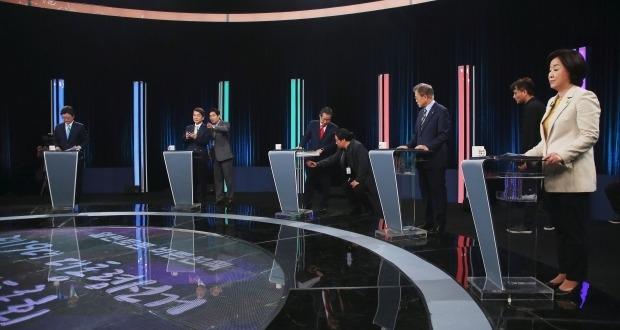 두번째 스탠딩 TV토론…후보들 '北 사전문의·돼지발정제' 공방